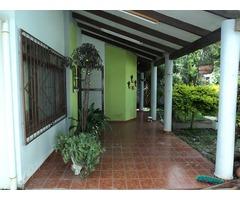 Amplia casa independiente en alquiler 3 dormitorios Av Virgen de Lujan.